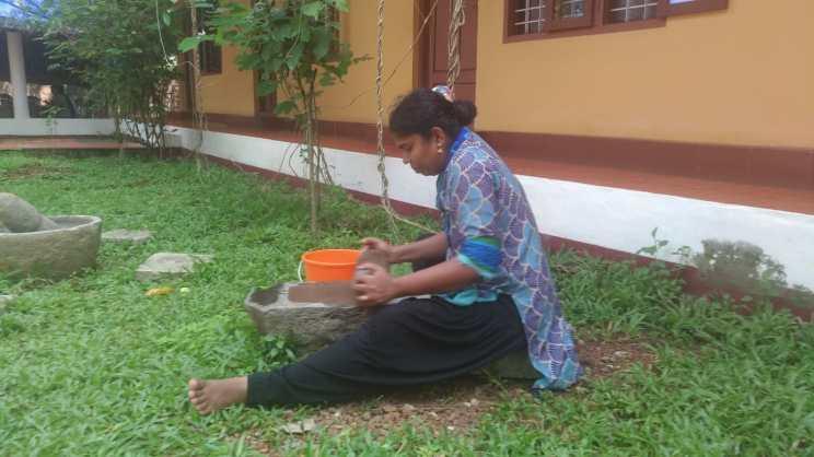 Préparation de médicaments ayurvédiques dans le jardin